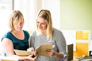Die Mitarbeiterinnen des Case Managements sind direkter Ansprechpartner für die Patienten des WPE. Links: Franziska Herbst, rechts Vanessa Schott.