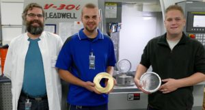 Xavier Vermeren, Leiter der Physik am WPE, sowie Manuel Beck und Julian Kinne, Feinmechaniker in der hauseigenen Werkstatt (v.l.n.r.).