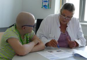 Prof. Dr. med. Beate Timmermann im Gespräch mit dem elfjährigen Fynn, dem 1000. Kind am WPE.