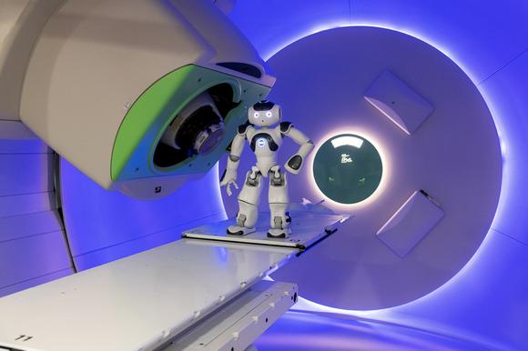 Kleiner Roboter mit großer Wirkung: NAO 6 als digitaler Mutmacher